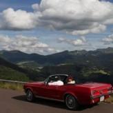 Les volcans d'Auvergne en cabriolet ancien.