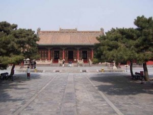 560px-Mukden_palace_Chongzheng_Hall_01