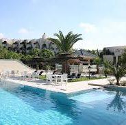 La Villa Thalassa se niche au creux de la colline du massif des Maures